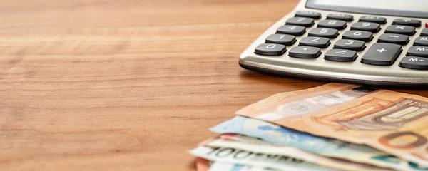 Taschenrechner und Geldscheine mit Textfreiraum Schlagwort(e): geld, finanzen, euro, textfreiraum, bank, taschenrechner, buchhaltung, kosten, zahlen, kapital, kredit, schulden, geldanlage, investment, gewinn, rendite, bezahlen, darlehen, konto, sparen, konzept, abrechnung, ausgaben, bilanz, budget, finanzierung, business, geldscheine, zinsen, währung, banknoten, reichtum, einkommen, gehalt, geldschein, steuern, schein, scheine, verdienen, bargeld, rente, altersvorsorge, versicherung, börse, finanzamt, investition, steuer, panorama