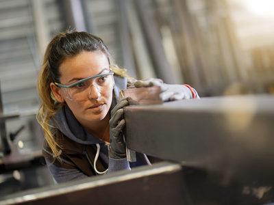 Woman apprentice training in metalwork workshop Schlagwort(e): metalwork, metallurgy, iron, ironworker, woman, apprenticeship, training, apprentice, craftsman, craftsmanship, art, metal, locksmith, occupation, learning, workshop, mask, goggles, protection, indoor, industrial, people, artisan, young, metalwork, metallurgy, iron, ironworker, woman, apprenticeship, training, apprentice, craftsman, craftsmanship, art, metal, locksmith, occupation, learning, workshop, mask, goggles, protection, indoor, industrial, people, artisan, young